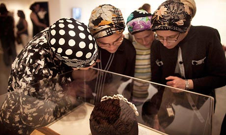 Религиозные еврейские женщины в традиционной одежде
