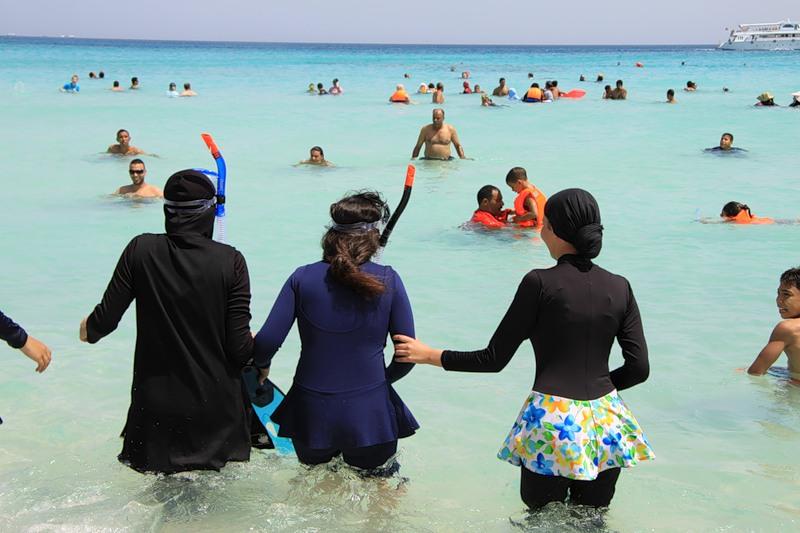 купающиеся на улице женщины онлайн