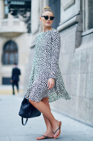 Сочетание платья с леопардовым принтом и шлепанцами