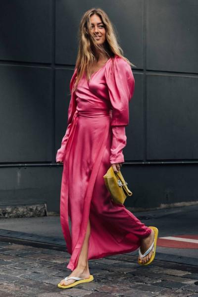 Эмили Синдлев в длинном шелковом платье и желтых шлепанцах