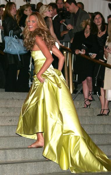 Эль Макферсон в вечернем платье и шлепанцах