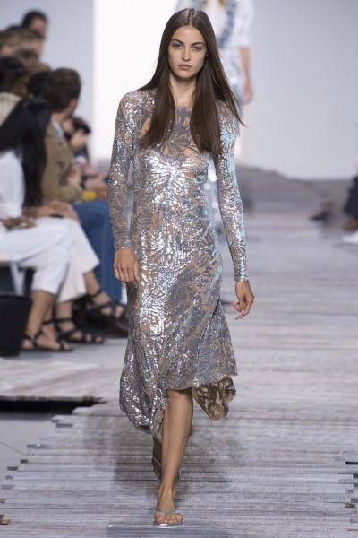 Сочетание вечернего платья с шлепанцами