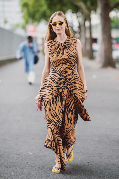 Длинное платье с тигровым принтом и шлепанцами